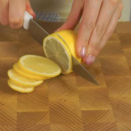 Пол лимона нарезаем кружочками и тоже отправляем их в банку.