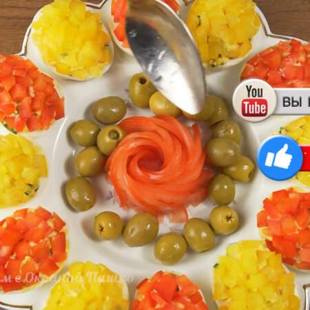 Вокруг цветка выкладываем зеленые оливки. Блюдо готово, можно подавать на стол.
