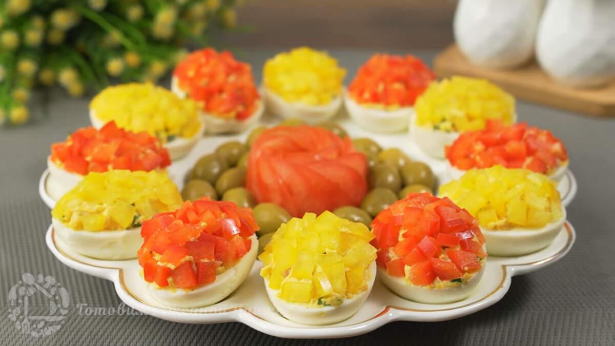 Фаршированные яйца получились красивыми, яркими и очень вкусными. Готовятся они просто и на Праздничном столе сразу привлекают взгляд.