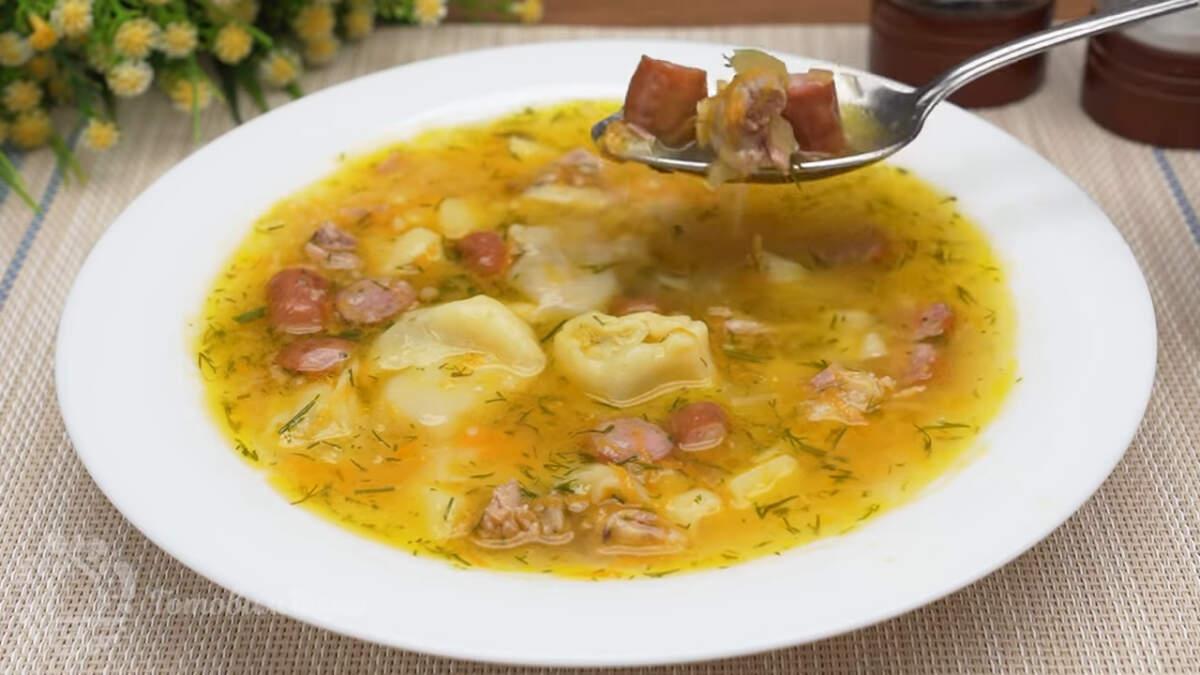Гороховый суп с чесночными рулетиками получился очень вкусный, ароматный и сытный. Готовится он несложно. Также такой суп можно сварить и без рулетиков, тоже  получится очень вкусно.