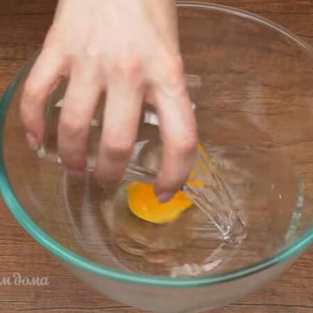 Пока варится горох с ребрышками замесим тесто для рулетиков. В миску разбиваем яйцо и наливаем 20 мл воды, немного солим.