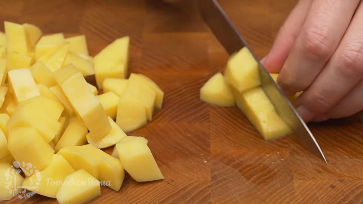 200 г картофеля нарезаем небольшими кубиками.