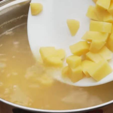 В кастрюлю кладем картофель и варим суп еще примерно 10 минут.