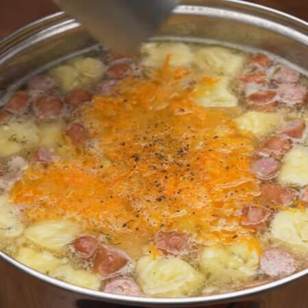 Суп перчим по вкусу и кладем 1 лавровый лист. Все перемешиваем.