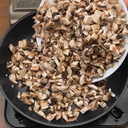 Нарезанные грибы кладем на сухую раскаленную сковороду.
