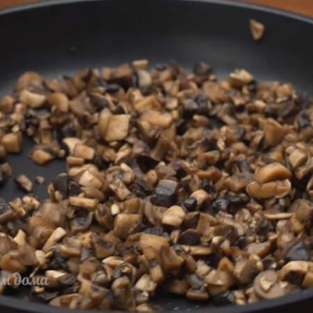 Жарим грибы на самом большом огне до испарения всей жидкости.