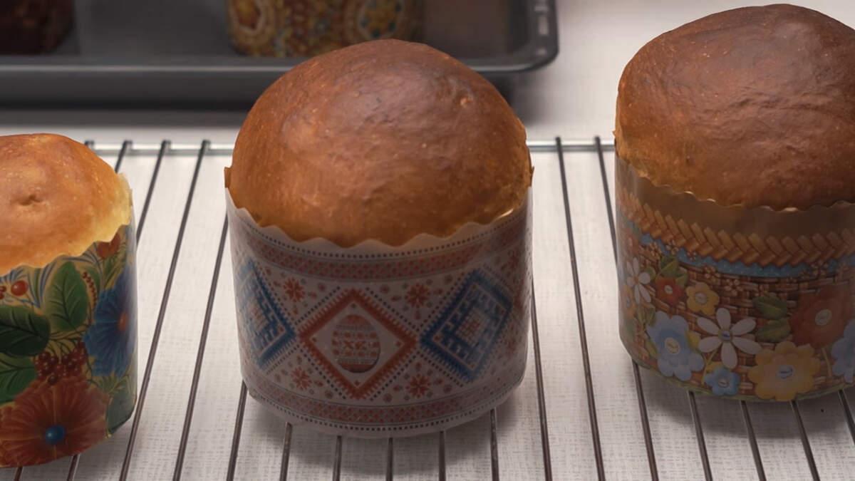 Испеченные горячие куличи переставляем на решетку и даем им полностью остыть. Если выпекаете куличи не в одноразовых формах, то их предварительно нужно снять.