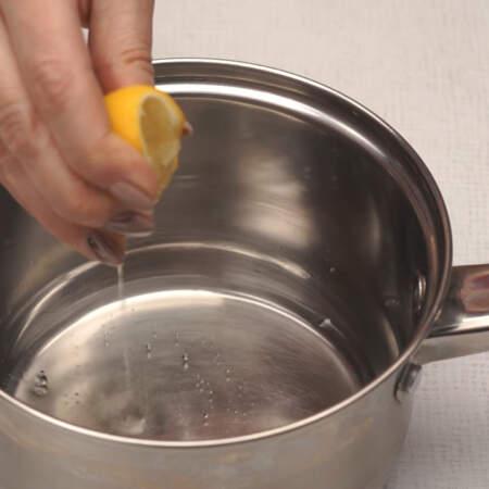 Пока набухает желатин, в сотейник наливаем 5 ст. л. воды, сюда же добавляем примерно чайную ложку лимонного  сока и насыпаем 200 г сахара.