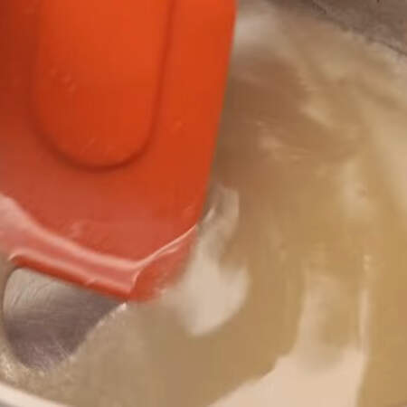 Все ставим на огонь и доводим до кипения. Весь сахар должен раствориться. Перемешивать сироп можно только силиконовой или деревянной сухой лопаткой.
