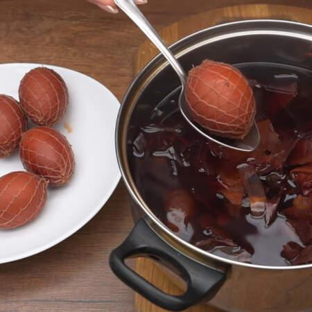 Аккуратно вынимаем вареные яйца из кастрюли и даем им остыть.