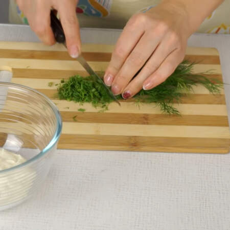 В первую часть творога добавляем мелко нарезанный укроп. Для того, чтоб эта масса была зеленого цвета, стараемся укроп нарезать как можно мельче.