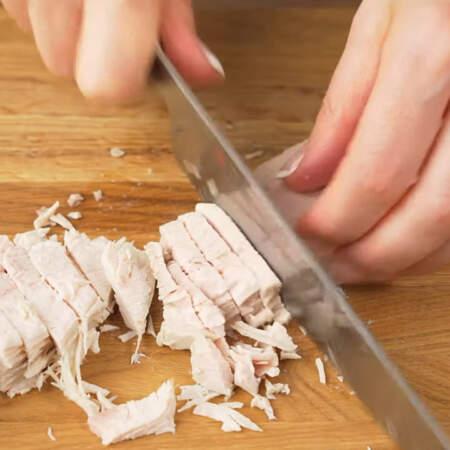 500 г отварного филе индейки нарезаем брусочками. Вместо филе индейки можно использовать другое мясо, ветчину или колбасу.