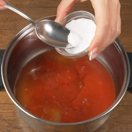 Сначала приготовим тесто для лепешек. В кастрюлю наливаем 200 мл воды, 200 мл томатного сока, насыпаем примерно пол ч.л. соли