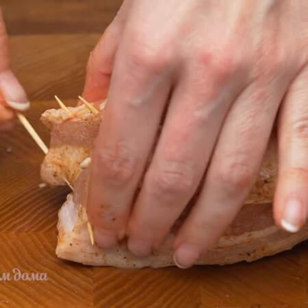 Чтобы в процессе приготовления, косичка не расплелась, скрепляем концы зубочистками.