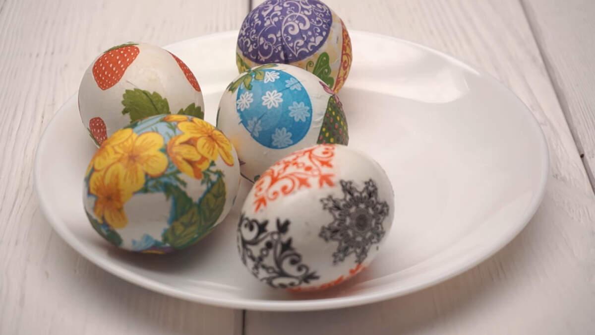 После того, как украсили все яйцо, кладем его на тарелку и даем ему высохнуть.