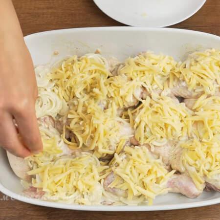 Тертым сыром аккуратно посыпаем сверху каждый кусочек курицы с луком.