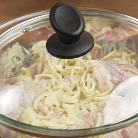 Миску накрываем крышкой и оставляем мариноваться при комнатной температуре примерно на полчаса. Если времени нет, то можно готовить сразу.