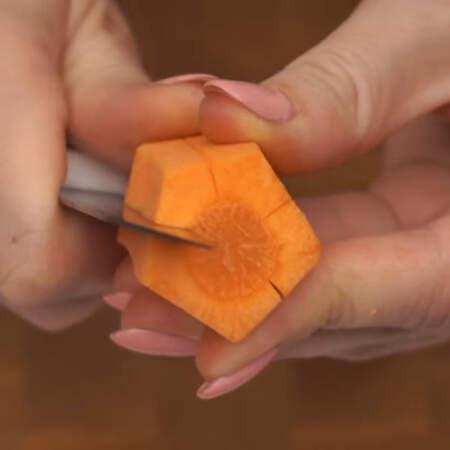 По середине каждой стороны пятиугольника делаем надрез.