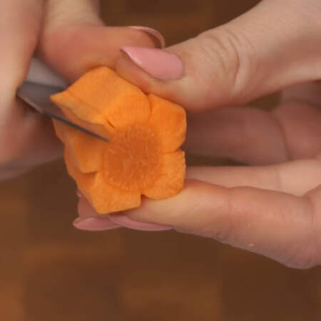 Формируем лепестки, вырезая треугольные желобки с двух сторон на глубину надреза.