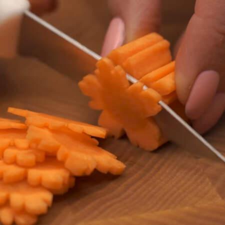 Получившуюся морковную заготовку нарезаем тонкими пластинками.