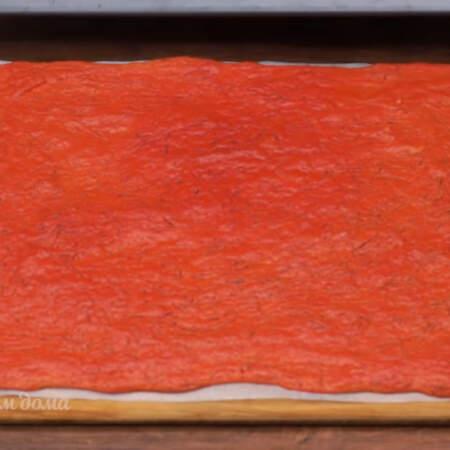 Испеченный бисквит перекладываем на доску и даем ему остыть.