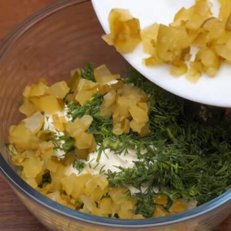 Берем 300 г сливочного сыра и добавляем к нему укроп и нарезанный огурец.