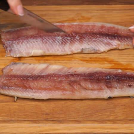 2 филе одной соленой сельди разрезаем вдоль на две части.