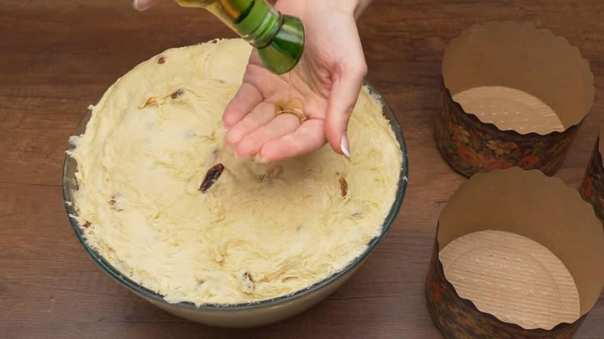 Тесто готово. Чтобы тесто не липло к рукам, смазываем их растительным маслом.