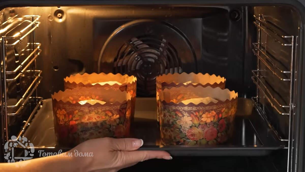 Когда тесто в формочках увеличится примерно в 1,5-2 раза ставим все в духовку разогретую до 180 град. Выпекаем приблизительно 35-40 минут.