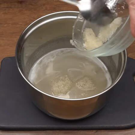 Сразу же, еще в горячий сироп добавляем набухший желатин.