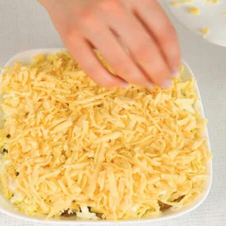 И последним слоем кладем тертый сыр.