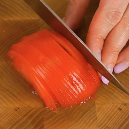 Помидор нарезаем тонкими поперечными пластинками.
