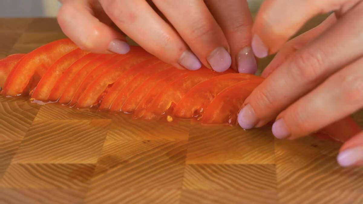 Нарезанные пластинки помидора аккуратно выравниваем полосой.