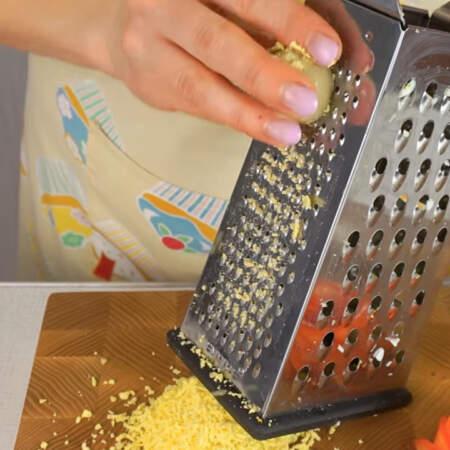 Из яиц, из которых делали цветы, вынимаем желтки  и трем их на мелкой терке.