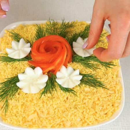 Вокруг цветка кладем веточки из укропа. Между укропом кладем ромашки из белка.
