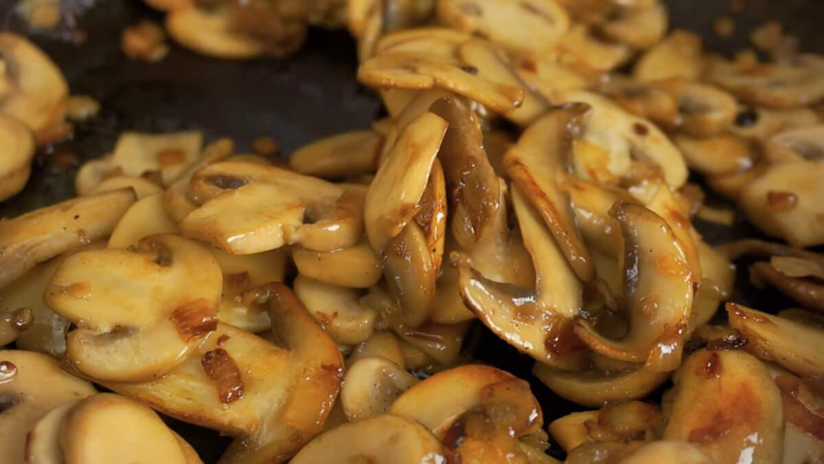 Жарим грибы до готовности. В конце жарки грибы солим и перчим по вкусу. Снимаем с огня.