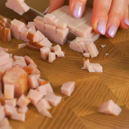 300 г колбасы нарезаем мелкими кубиками. Я взяла варено-копченую колбасу.