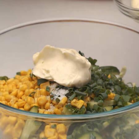 Салат солим по вкусу, перчим и заправляем 2 ст. л. майонеза.