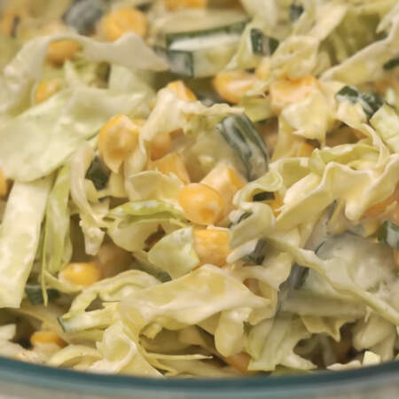 Все перемешиваем. Также заправить салат можно сметаной или густым йогуртом.