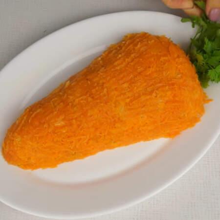 В салат вставляем небольшой пучок петрушки, имитируя ботву моркови.