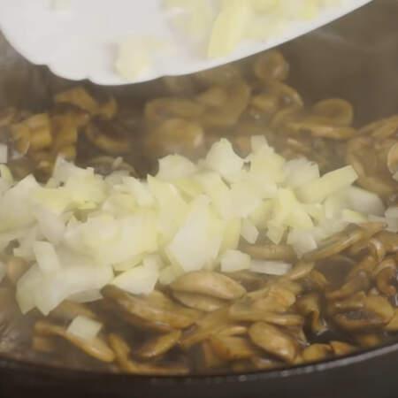 Когда грибы почти готовы, добавляем к ним лук и жарим до готовности.