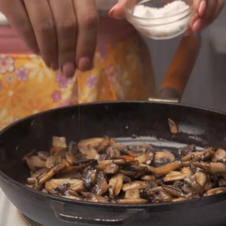В конце жареные грибы солим, перчим, перемешиваем и снимаем с огня.