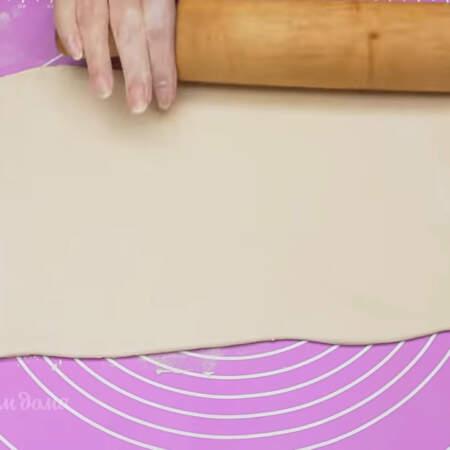 Сначала для закуски приготовим корзиночки. Берем лист слоеного бездрожжевого теста и аккуратно раскатываем его в прямоугольный лист толщиной примерно 3 мм.