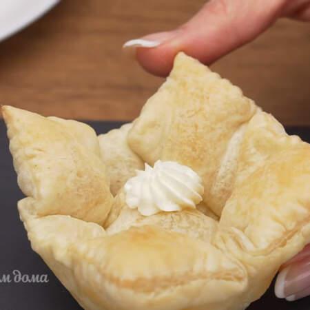 Собираем закуску. В корзиночку выдавливаем немного творожного сыра.