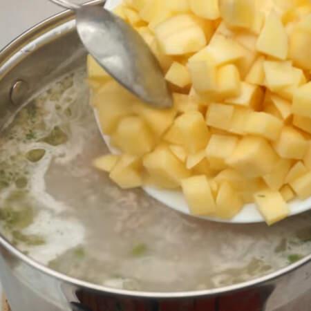 Подготовленный картофель добавляем в суп.