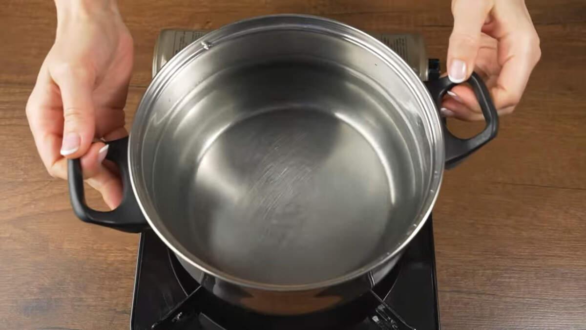 В трехлитровую кастрюлю наливаем примерно 2-2.5 литра воды и ставим на огонь.