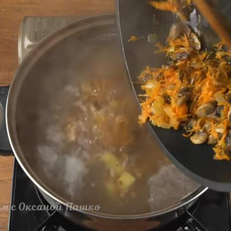 Картофель с гречкой уже сварился. Добавляем в кастрюлю пассеровку с грибами.