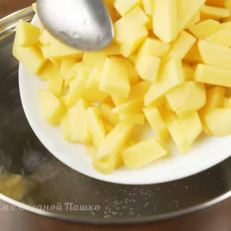 В горячую воду кладем подготовленный картофель. Варим после закипания примерно 5 минут.