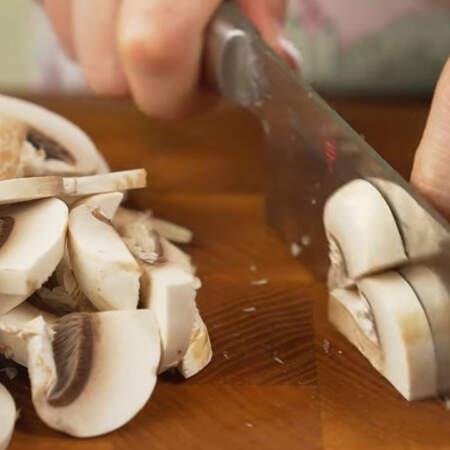 Пока варится гречка с картошкой, подготовим остальные ингредиенты. 200 г шампиньонов моем и нарезаем пластинками.