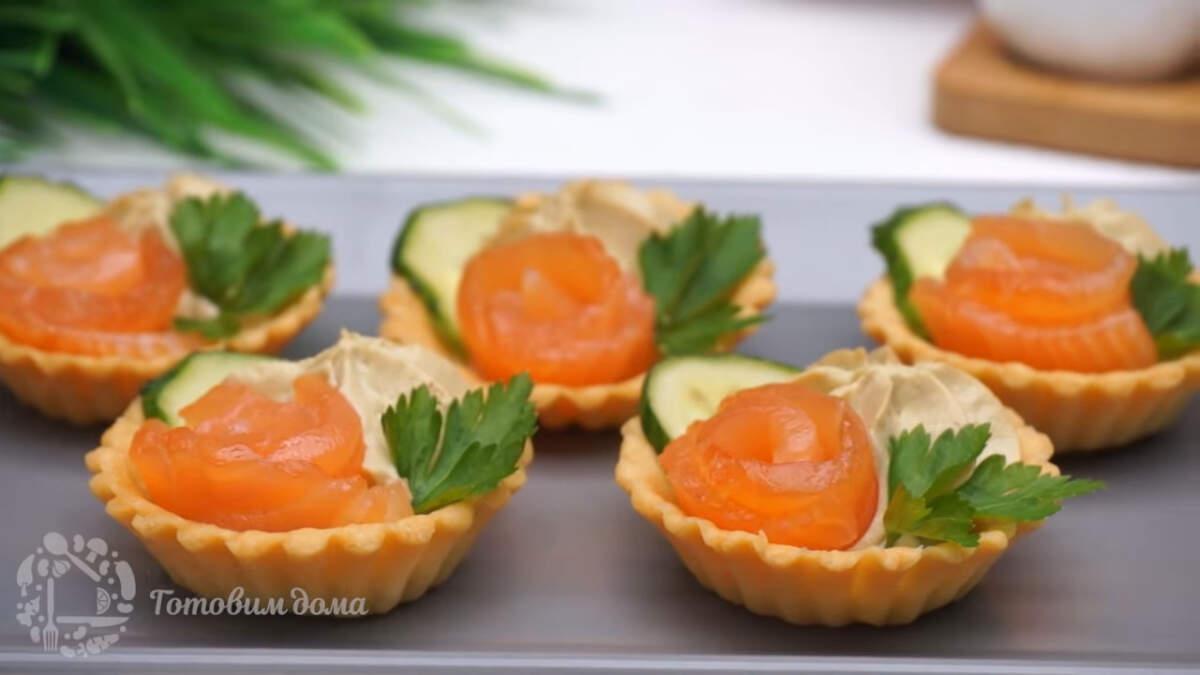 Тарталетки с авокадо и красной рыбой получились красивыми и очень вкусными. В них гармонично сочетается нежный вкус авокадо, сливочного сыра с слабосоленой красной рыбой.